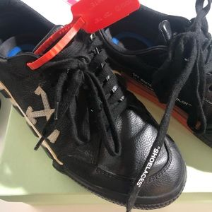 Off white sneaker size 7men(9 women)